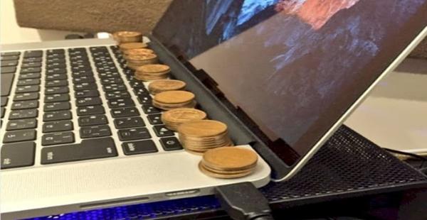 É isso que acontece se você colocar moedas em seu notebook