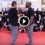 Este instrutor de defesa pessoal é tão rápido, que dizem que ele fez pacto