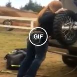 Enquanto muito marmanjo rala pra descer a moto do carro…