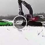 Quando a estrada é estreita de mais para dois veículos passarem, na Rússia