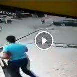Motoqueiro fantasma de biz, rouba a bolsa de uma mulher na rua