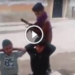 Enquanto isso na Líbia, as crianças estão brincando de execução em grupo